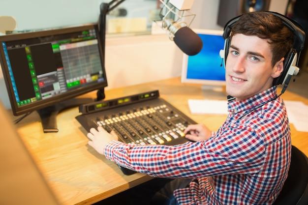Mezclador de sonido de funcionamiento de host de radio