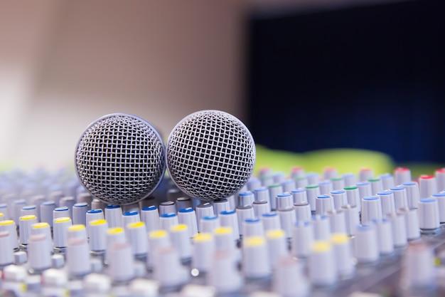 Mezclador de sonido y micrófonos relacionados en la sala de reuniones.