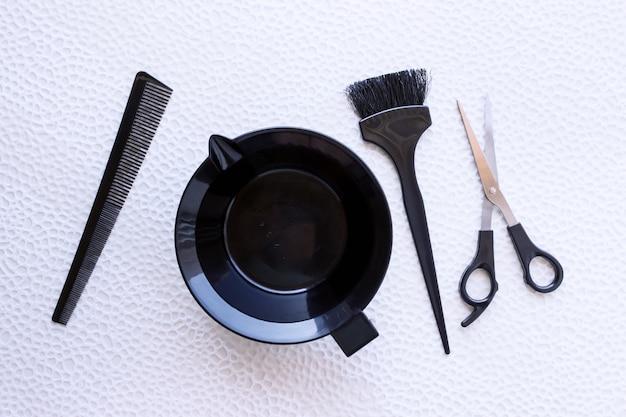 Mezclando tinte para el cabello en un recipiente de plástico especial