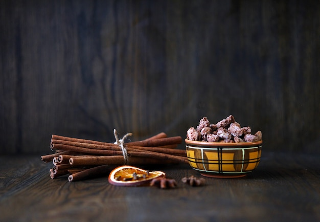 Mezclar frutos secos frutos secos y chocolate en cuenco de cerámica sobre la mesa de madera estilo rústico sabroso y delicioso ...