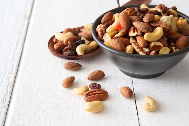 Mezclar nueces y frutos secos de fondo y empapelar. visto desde la vista lateral.