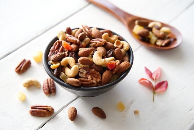 Mezclar nueces y frutos secos de fondo y empapelar.