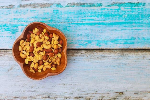 Mezclar nueces - nueces, avellanas, almendras en una mesa de madera