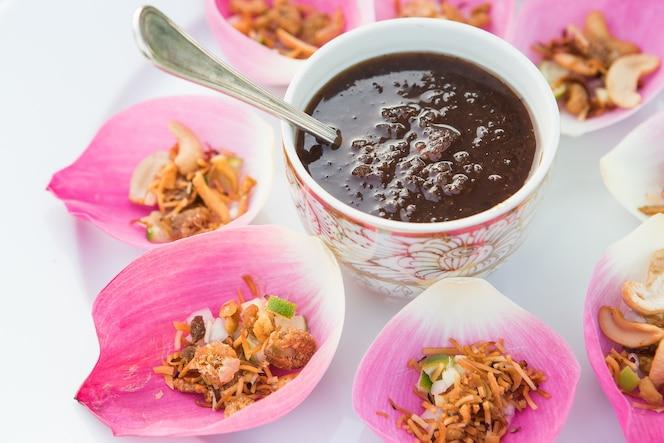 Mezcle el arroz frito contenido en la hoja de la flor de loto