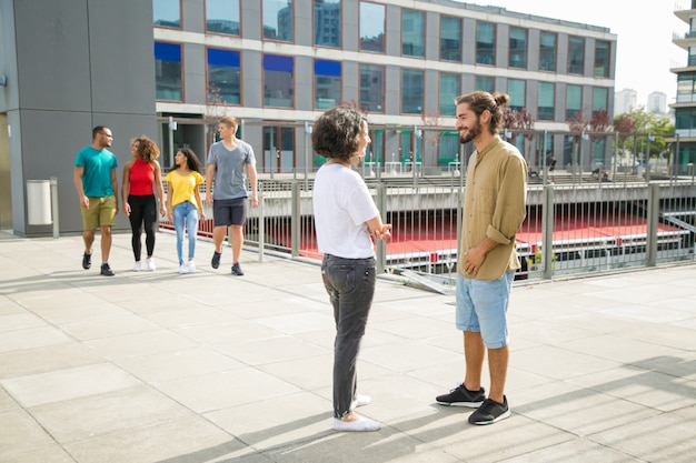 Mezcle a los estudiantes que corren caminando por el campus universitario