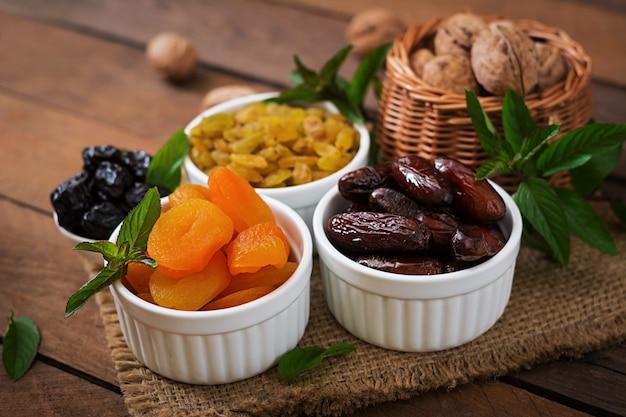 Mezcle frutas secas (frutas de palmera datilera, ciruelas pasas, albaricoques secos, pasas) y nueces. ramadán (ramazan) comida.