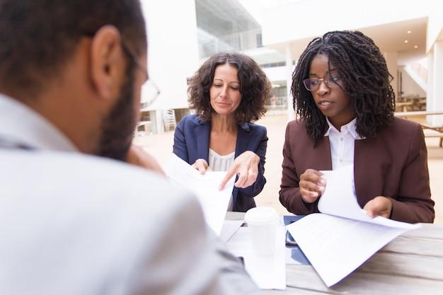 Mezcle a socios que discuten los términos del acuerdo