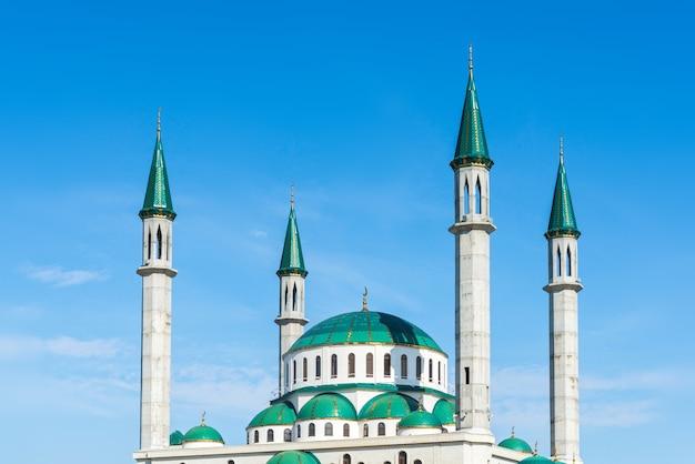 La mezquita de la catedral en un día soleado en cherkessk