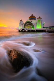 Mezquita del estrecho de malaca (masjid selat melaka), malaca, malasia