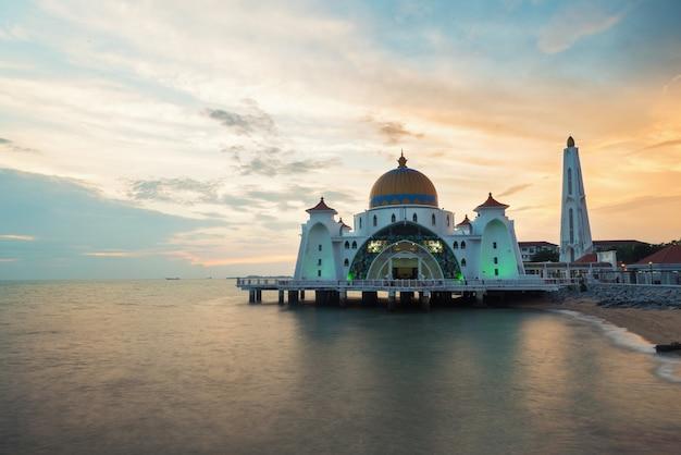 Mezquita de los estrechos de malaca (selat melaka mosque) en el estado de malaca, malasia.