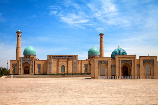 Mezquita hazrati imam y madraza muyi mubarak en tashkent, uzbekistán. islam, corán, viajes.