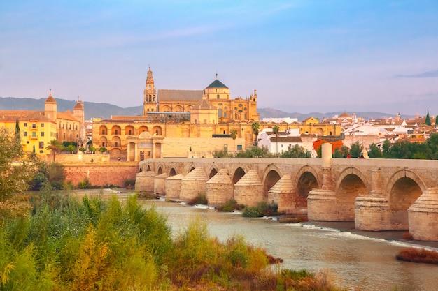 Mezquita y puente romano en córdoba, españa