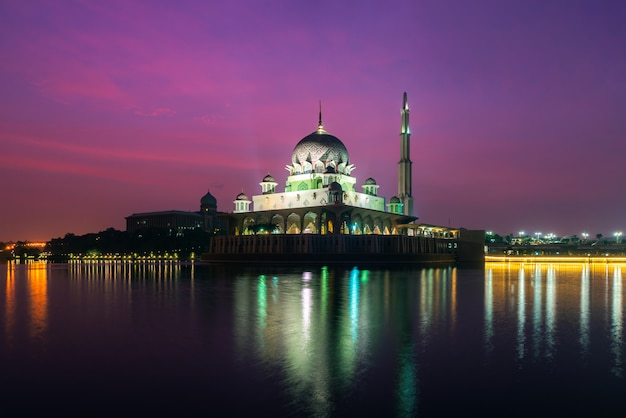 Mezquita de putra en putrajaya, kuala lumpur, malasia al atardecer