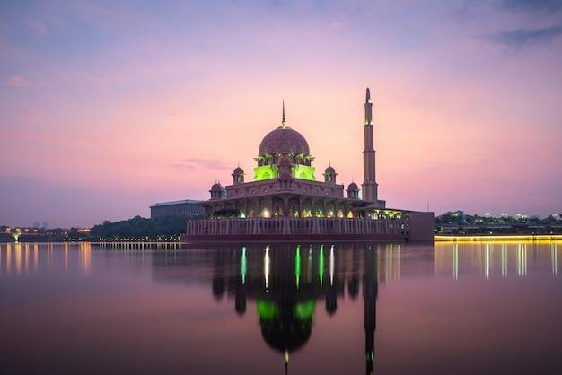 Mezquita de putrajaya o mezquita rosa con lago entre el amanecer en kuala lumpur