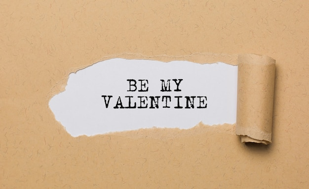 Sé mi san valentín en el amor de fondo de papel rasgado y el concepto de san valentín