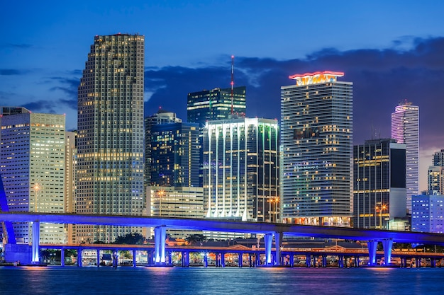 Miami florida, de noche, estados unidos