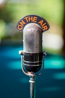Micrófono antiguo para podcast