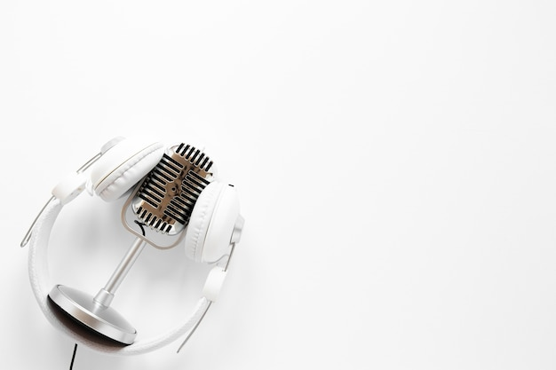Micrófono con auriculares y espacio para copiar