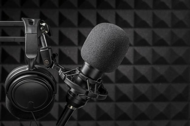 Micrófono y auriculares rodeados de espuma de aislamiento acústico