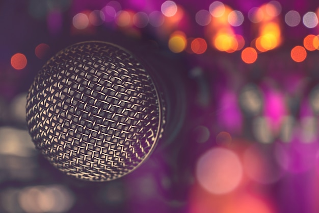Micrófono en bar para karaoke, vida nocturna.