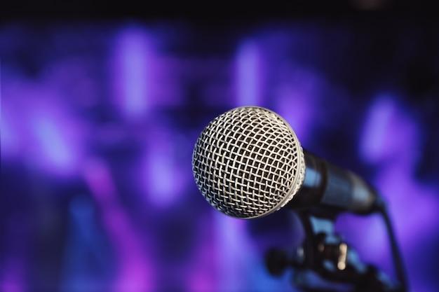 Micrófono de bola con fondo borroso