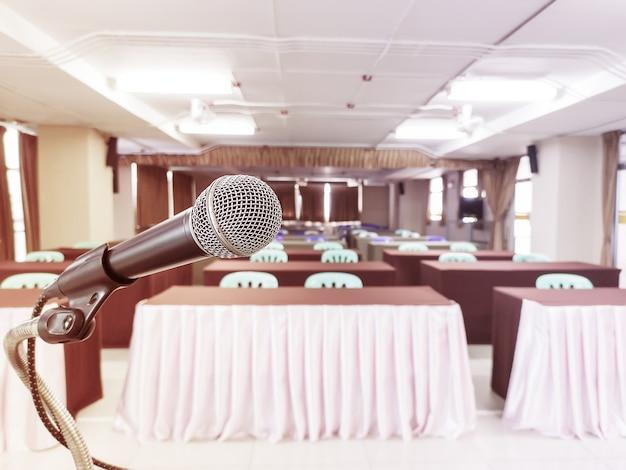 Micrófono de cabeza en el escenario de la reunión de educación o evento con fondo borroso, reunión de educación y evento en el concepto de escenario y espacio de copia