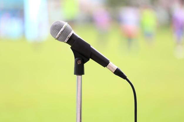 Micrófono con cable y malla metálica en equipos de grabación de sonido