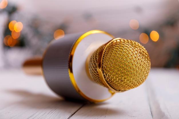 Micrófono clásico dorado retro en mesa. foto vintage de estilo antiguo con bokeh