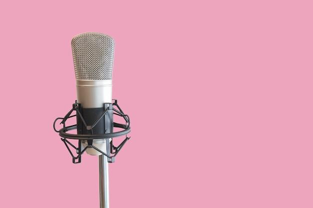 Micrófono de condensador con fondo rosa