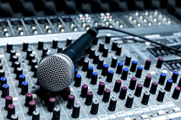 Micrófono de condensador profesional de estudio, concepto musical. grabación, micrófono de enfoque selectivo en estudio de radio, micrófono de enfoque selectivo y equipo musical borroso,