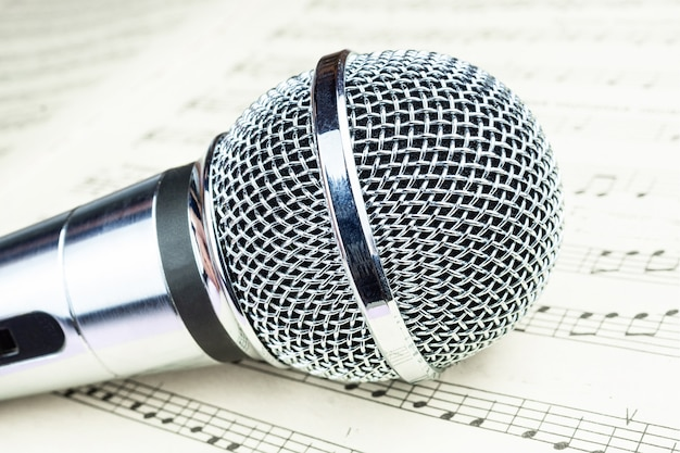 Micrófono dinámico en hoja de música