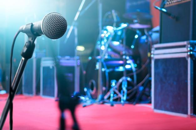 Micrófono e instrumento de música en el escenario para el fondo