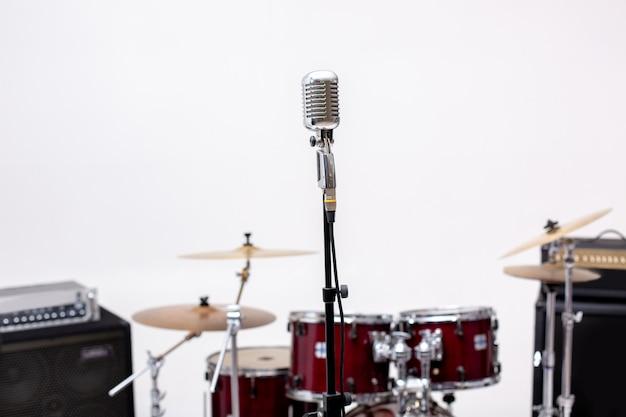 Micrófono e instrumento musical. micrófono en un estudio de grabación con batería.