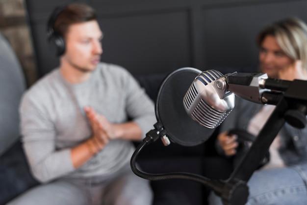 Micrófono de entrevista de alto ángulo