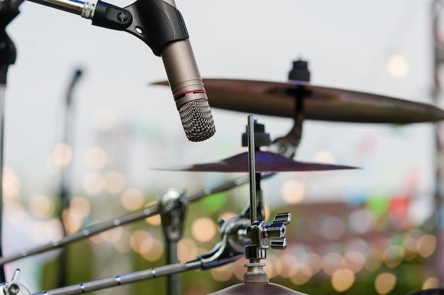 Micrófono de equipos de música y tambores en el escenario al aire libre