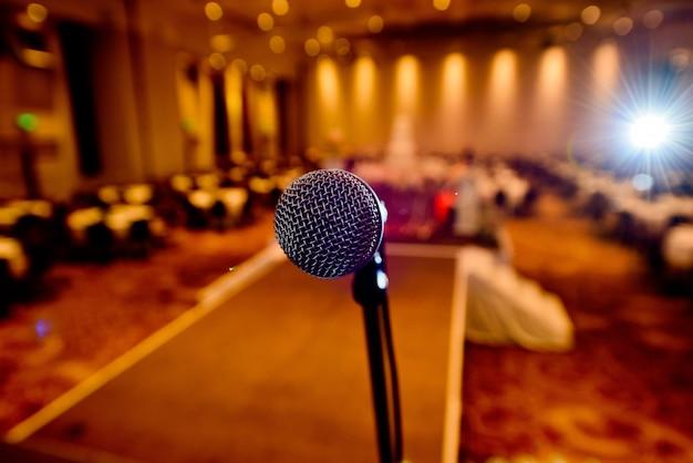 Micrófono en el escenario, altavoz, concierto, música.