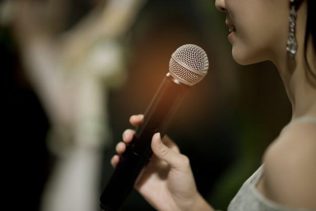 Micrófono en el escenario, altavoz, conferencia