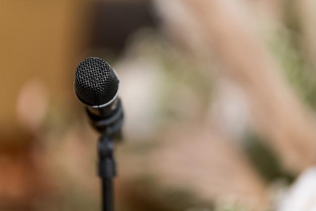 Micrófono en el escenario, altavoz, conferencia.