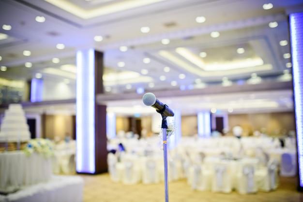 Micrófono en el escenario, altavoz,