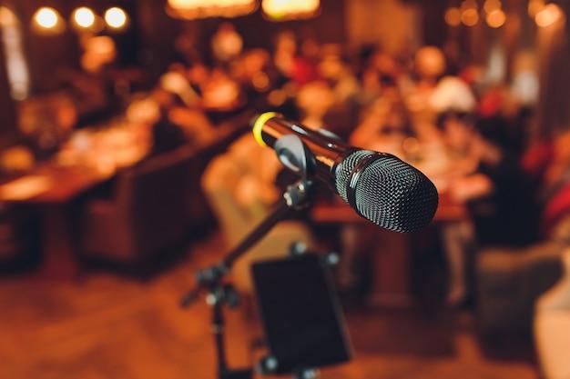 Micrófono en el escenario contra un fondo de auditorio.