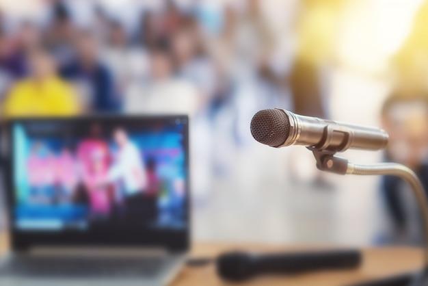 Micrófono en el escenario de la reunión de padres y alumnos en la escuela o evento de verano.