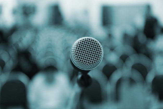 Micrófono en el escenario en la sala de conferencias