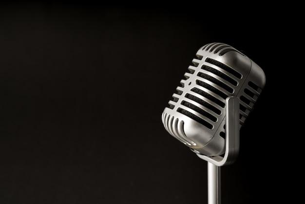 Micrófono de estilo retro en fiesta o concierto