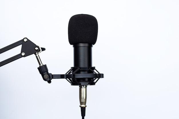 Micrófono de estudio sobre superficie blanca