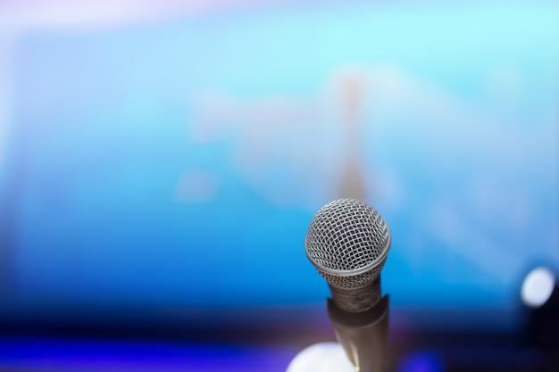 Micrófono en el fondo de la sala de conferencias o sala de seminarios.