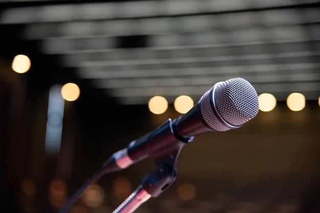Micrófono en el foro de negocios borrosa reunión