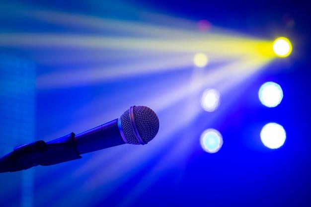 Micrófono en iluminación de concierto.