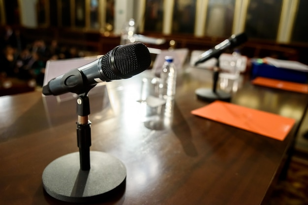 Micrófono inalámbrico en una mesa de madera en una sala de conferencias