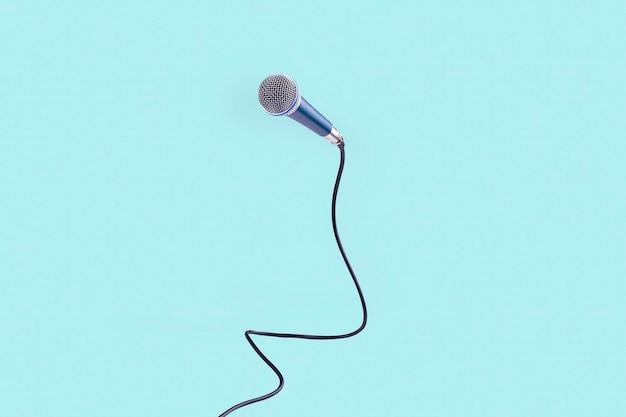 Micrófono levitando en el aire, el concepto de accesorios para cantar