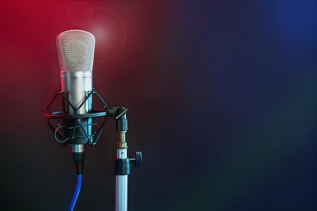 Micrófono en la luz colorida de la noche.